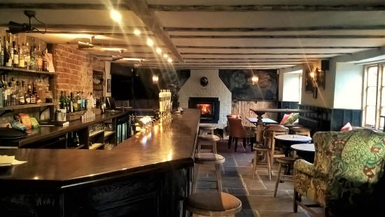 Piddlehinton, UK: Bar area with log fire