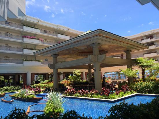 Grand Wailea - A Waldorf Astoria Resort: View of the central pond and restaurant area in the hotel