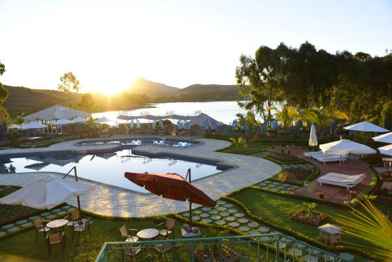 Vue de l 39 espace piscine au lev e du soleil picture of for Piscine du soleil nice