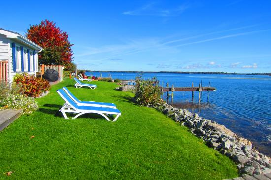 Wellington, Canadá: Waterfront at it's best two units Harbour View or Sandbanks to choose from