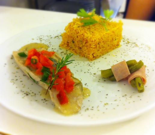 Région de Lima, Pérou : Aquí presentamos: Pez espada al romero y limon con arroz al pimiento rojo y ensaladita