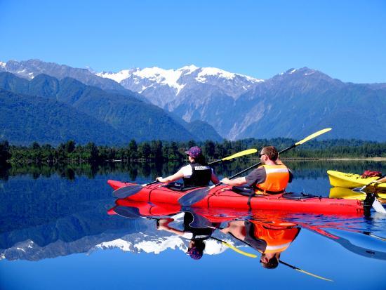 Franz Josef, Nowa Zelandia: Kayaks cutting through the reflection of the glacier