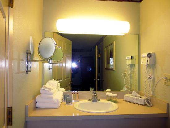 Hawthorn Suites by Wyndham Franklin / Milford Area: The 2-sided mirror is popular with the ladies.