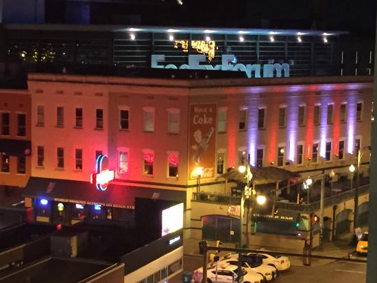 Hampton Inn & Suites Memphis - Beale Street: Fec Ex Forum from our Balcony