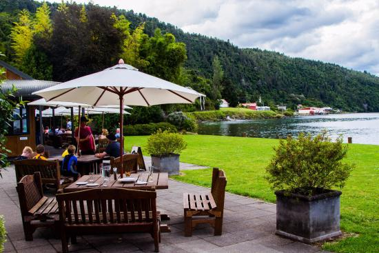 Turangi, New Zealand: Shows a portion of the outdoor dining area; facility is on the left.