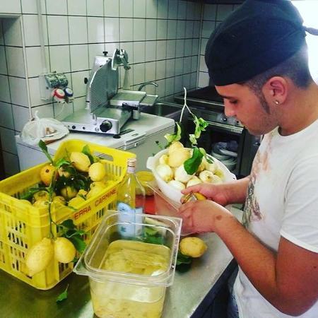 Tramonti, Italia: Chef Dafne che produce Limoncello