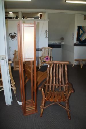 Deloraine, Austrália: Some of the lovely wooden Tasmanian furnature at Elemental Artspace