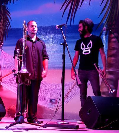 Hollywood Beach: Horn players, Latin band