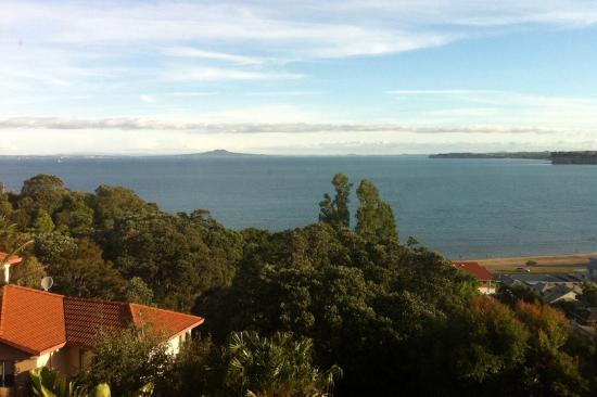 Whangaparaoa, Nueva Zelanda: View from Thai Windows Restaurant of Arkles Bay and Rangitoto in the distance