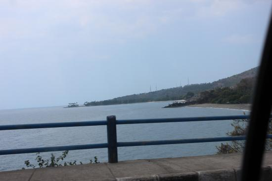 Desa Sekotong Barat, Indonesia: The Senggigi Beach seen from upper hill (I was in the taxi)
