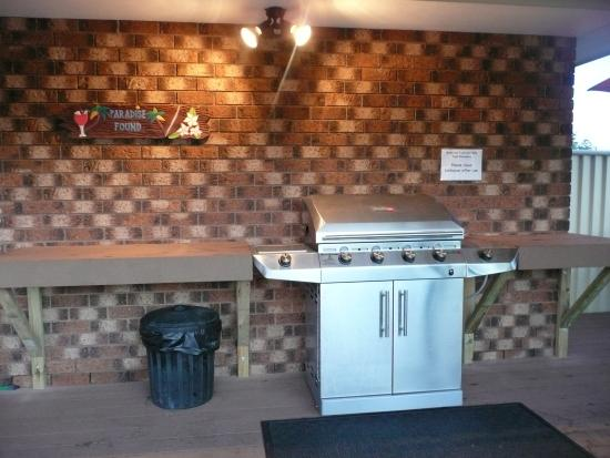 Woolgoolga, Австралия: Undercover Barbecue Facilities beside the pool