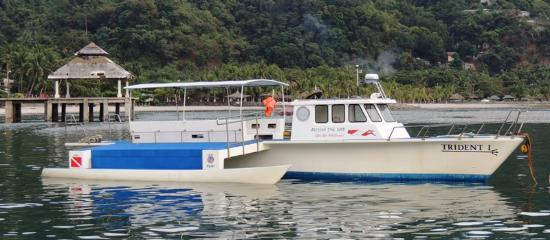 Subic, Filipinas: You can see the wide outer-decks and the long gearing-up bench