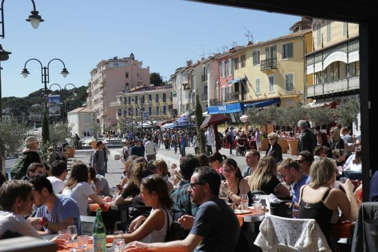 Saint-Marc-Jaumegarde, Prancis: Cassis from our lunch cafe