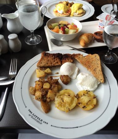 Bayfield, Canadá: Breakfast was perfection in the bright beautiful room with a view of the charming main street