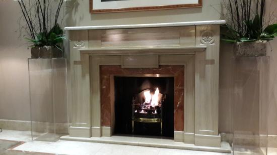 DoubleTree by Hilton London - Kensington: fireplace in lobby of Doubletree Kensington