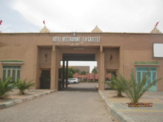 Hotel La Gazelle: 入り口です。駐車場の奥がホテルの建物です。