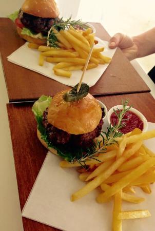 Stilbaai, Sør-Afrika: homemade, char-grilled, grass fed Angus beef burgers