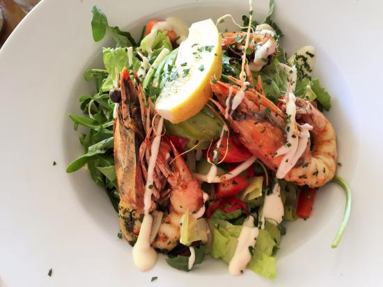 Lennox Head, Australien: King Prawn Salad - grilled prawns with leaves and squishy tomatoes