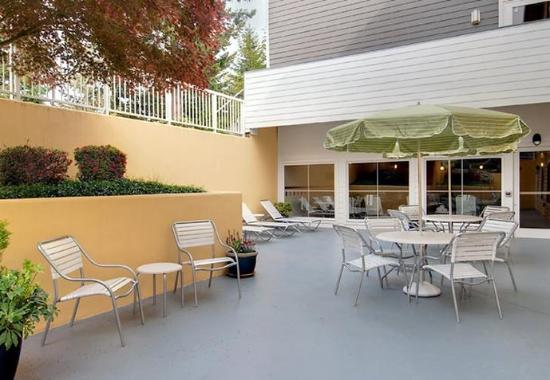 Fairfield Inn & Suites Seattle Bellevue/Redmond: Outdoor Patio