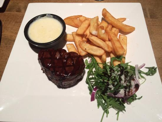 Nettlebed, UK: Fillet steak with garlic sauce