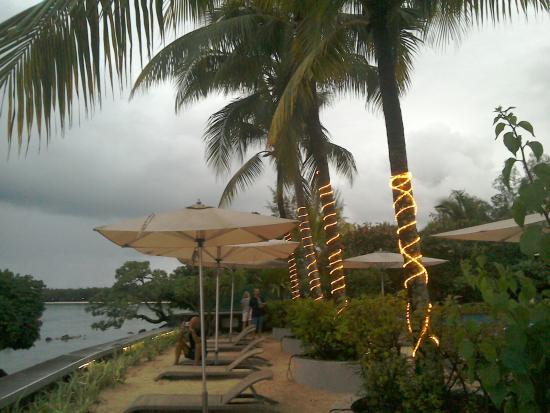 Mon Choisy Beach Resort: Pool next to the beach