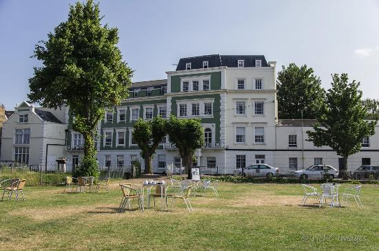 Gravesend, UK : THE HOTEL & RESTAURANT FROM OUR GARDENS ON THE BANKS OF THE THAMES