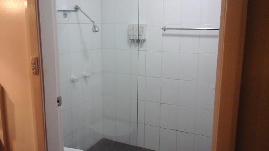 Narrandera, ออสเตรเลีย: Camellia bathroom