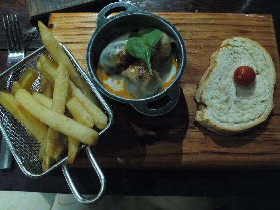 Sensimar Seaside Suites & Spa: Gourmet Pub, meatballs