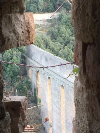 Spoleto, Italië: Da una feritoia del muro del castello
