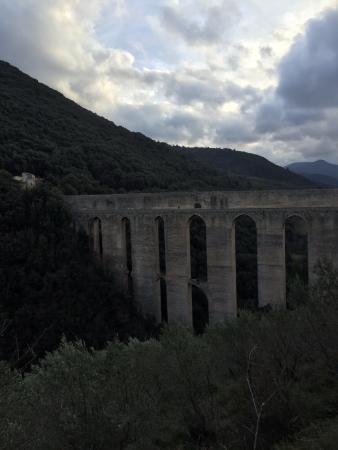 Spoleto, Italië: dalla strada che gira intorno al colle