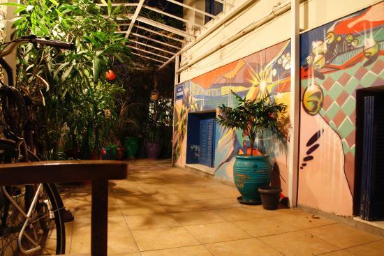 Hotel Dioskouros: Zewnętrzne przejście przy hotelu