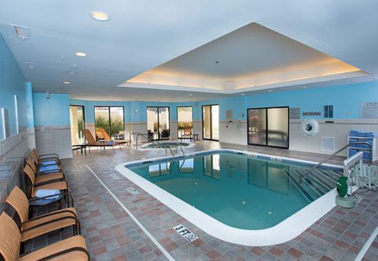Raynham, MA: Pool and Whirlpool Area