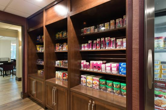 Walterboro, Güney Carolina: Our Suite Shop is loaded with snacks, drinks, and other items