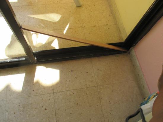 Seguridad De Las Puertas De La Terraza Con Pedazos De Madera