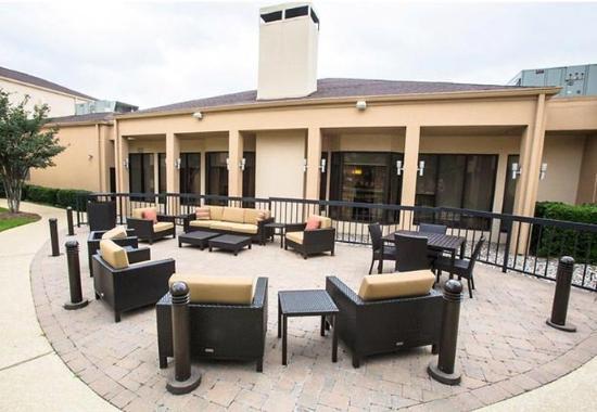 Courtyard Dallas Arlington/Entertainment District: Outdoor Patio