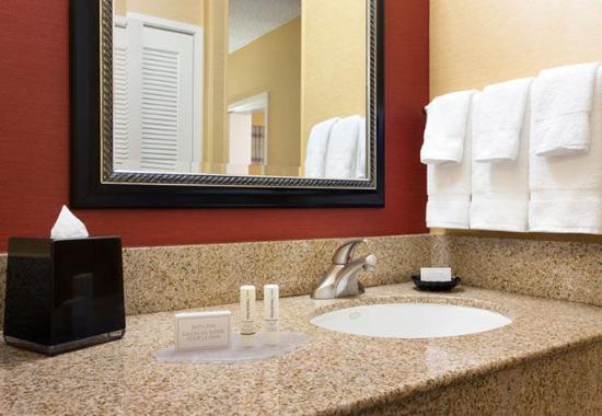 Лагуна-Хиллз, Калифорния: Guest Bathroom Vanity