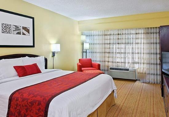 Athens, Geórgia: King Suite Sleeping Area