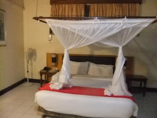 Jangwani Seabreeze Resort: Very good room with well made bed with alot of comfort.