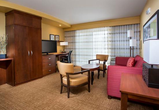 Peoria, IL: King Suite – Living Area