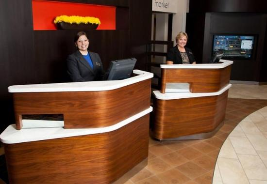 Courtyard by Marriott La Crosse Downtown / Mississippi Riverfront: Welcome Pedestals
