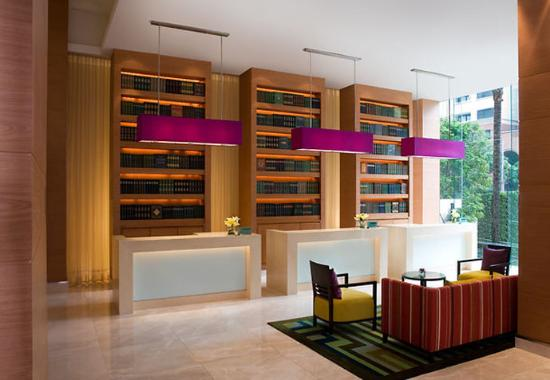 Courtyard by Marriott Hotel Bangkok: Lobby Front Desks