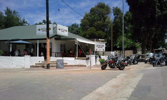 De Rust, Sudáfrica: Bikers visit to Ray's Coffee shop