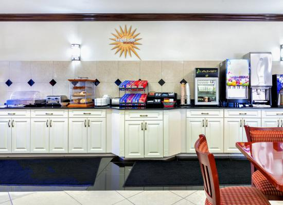 La Quinta Inn & Suites St. Petersburg Northeast: Breakfast Bar