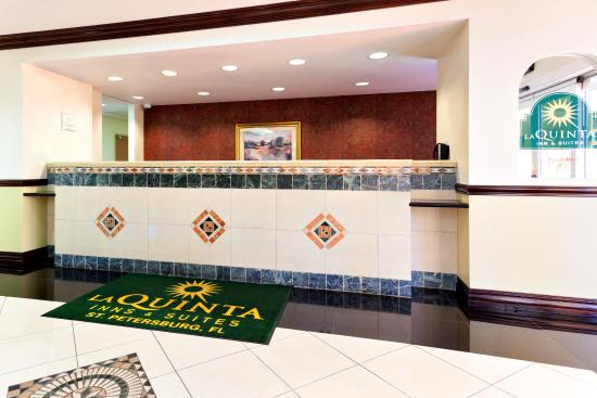 La Quinta Inn & Suites St. Petersburg Northeast: Front Desk
