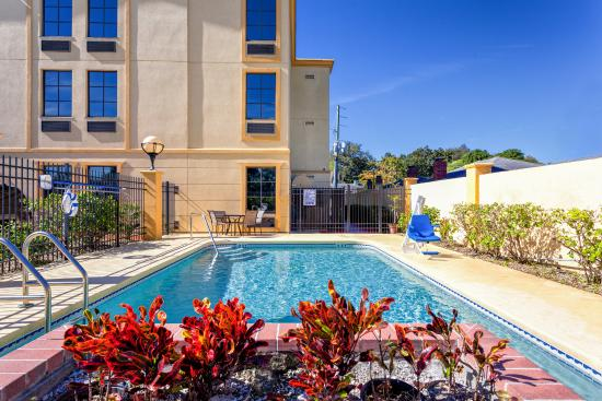 La Quinta Inn & Suites St. Petersburg Northeast: Pool