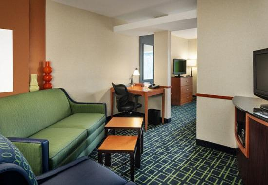 Fairfield Inn & Suites by Marriott at Hartford Airport: King Suite – Living Area