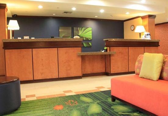 Fairfield Inn & Suites Denton: Front Desk