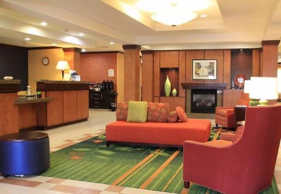Fairfield Inn & Suites Denton: Lobby Sitting Area