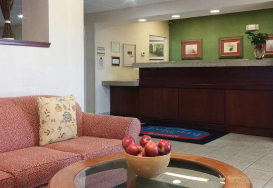 Fairfield Inn Erie: Front Desk