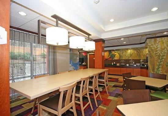 Fairfield Inn and Suites Greensboro: Breakfast Area